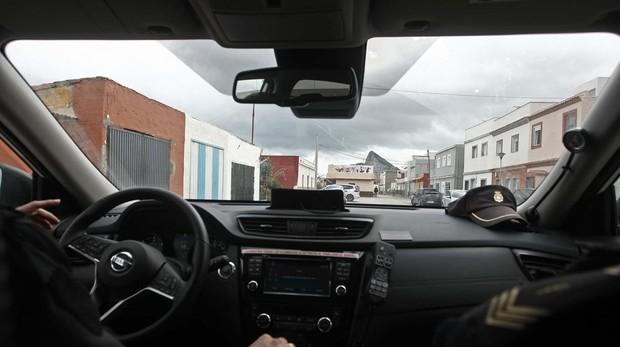 Un coche patrulla de la Policía vigila el barrio de La Atunara de La Línea