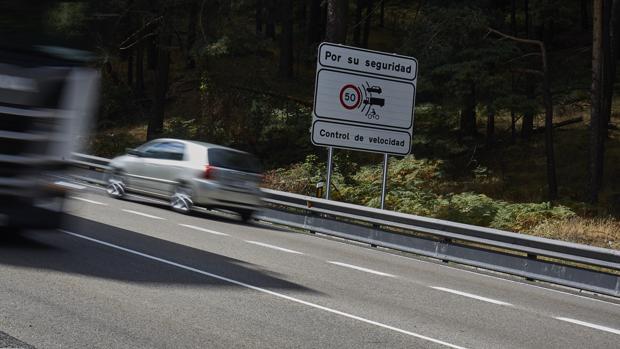 Imagen de archivo de una señal advirtiendo controles de radar en una carretera
