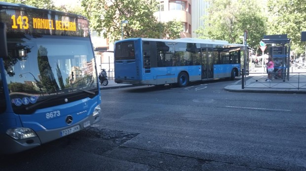 Autobuses de la EMT en una parada de carga y descarga de viajeros