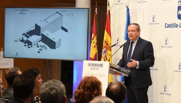 El consejero de Hacienda y Administraciones Pública, Juan Alfonso Ruiz Molina, ayer en Ciudad Real