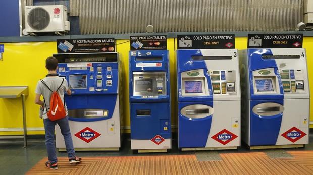 Máquinas de recarga del abono transporte en una estación de Metro
