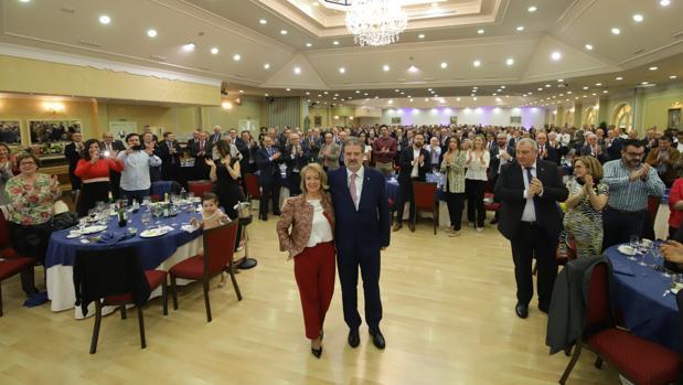 El comisario Roldán, en el centro, recibe el aplauso de los invitados
