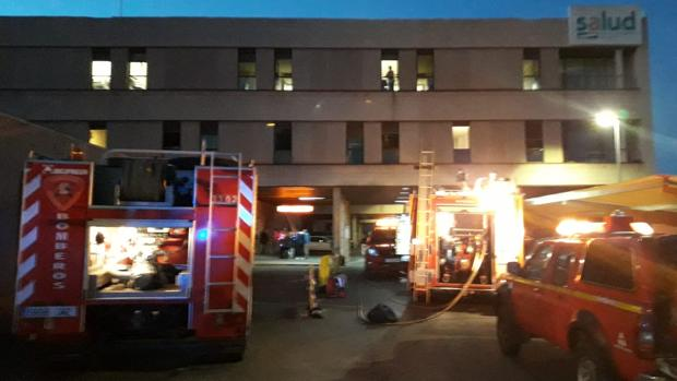 Dotaciones de bomberos, durante su intervención en el hospital bilbilitano