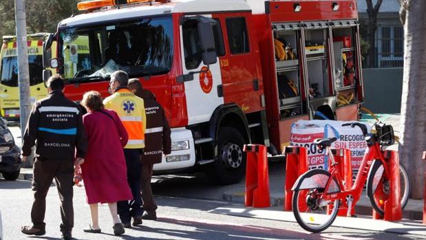Bomberos y Servicios de Emergencias Médicas, a las puertas del edificio de la calle Chile de Barcelona, hoy