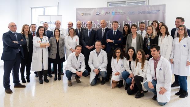 Representantes de la Xunta, del Sergas y de Roche junto a los profesionales de la unidad mixta