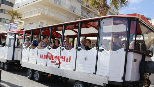Imagen de un grupo de turistas británicos en Benidorm