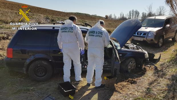 Vehículo en el que huyeron tras el atraco, con el que sufrieron un accidente en un camino