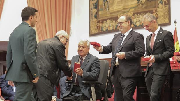 El capitán Aliste, Rey y el rector de la Usal, en la entrega de reconocimientos en Salamanca