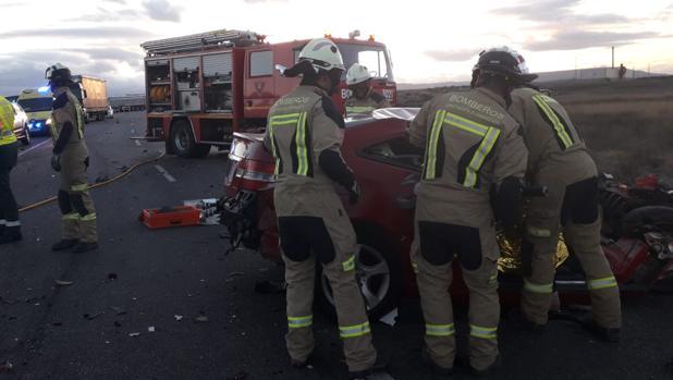 La zona central del coche quedó destrozada. En su interior quedaron atrapados los cadáveres de la pareja
