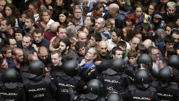 Un cordón de los antidisturbios de la Policía Nacional contiene a independentistas el 1-O
