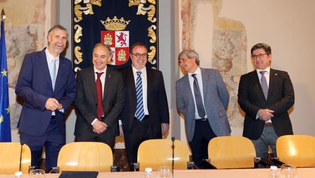 Fernando Rey junto a los rectores de las universidades de Burgos, Valladolid y León y el vicerrector de la Usal