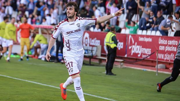 Eugeni Valderrama celebra el gol ante el Extremadura