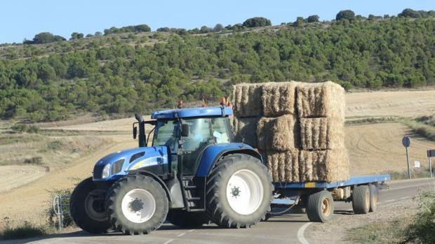 Un tractor en tareaas agrícolas, en imagen de archivo
