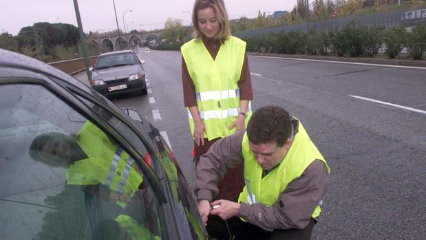Dos usuarios abandonan el vehículo con el correspondiente chaleco reflectante
