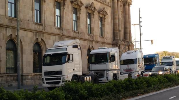 Camiones en la marcha de la huelga, este lunes