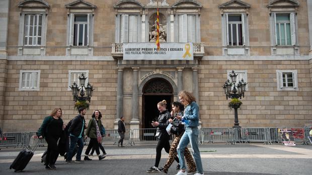 Fachada del Palacio de la Generalitat, con lazos amarillos