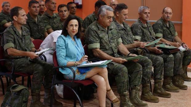 La ministra de Defensa, Margarita Robles, en una visita la Base San Jorge de Zaragoza
