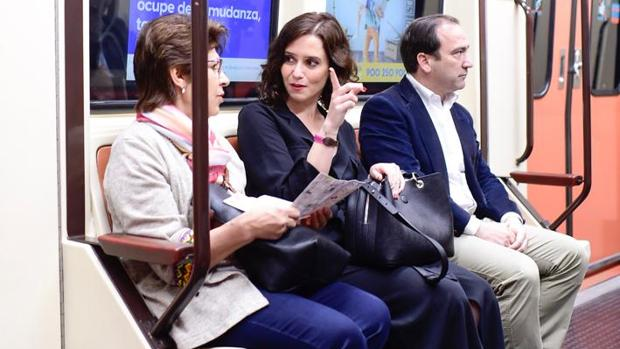 La candidata Díaz Ayuso, junto al consejero-delegado de Metro, Borja Carabante