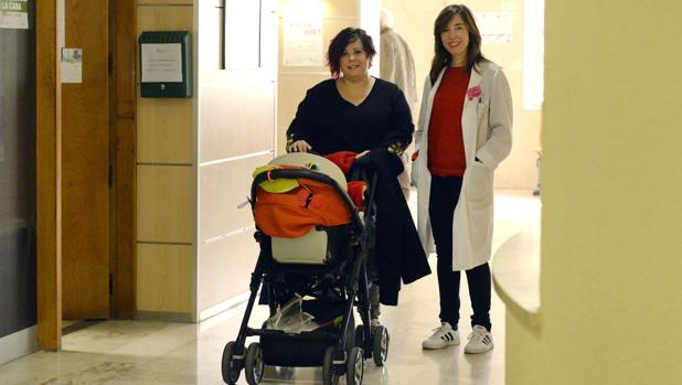 Virginia Santiago empuja el carro de Eneko por los pasillos del hospital Virgen de la Salud. Está acompañada por la psicóloga María Pérez