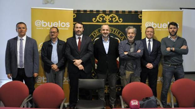 Fernando Lallana, en el centro: a su derecha, el actor Carlos Iglesias, protagonista de la película