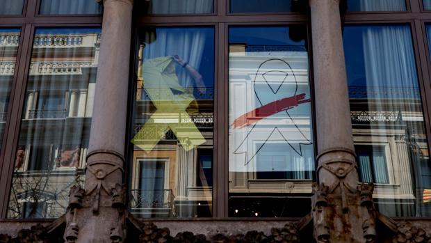 Simbología partidista en la sede de la Vicepresidencia de la Generalitat, ayer en Barcelona