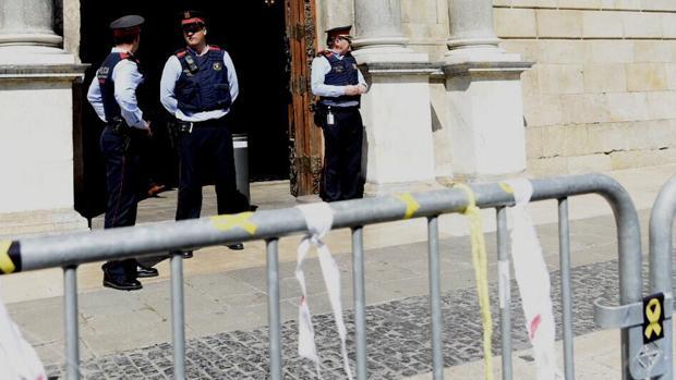 Mossos y simbología amarilla en la entrada de la Generalitat