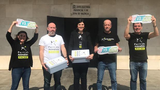 Imagen de representantes de PACMA Valencia tras presentar los avales
