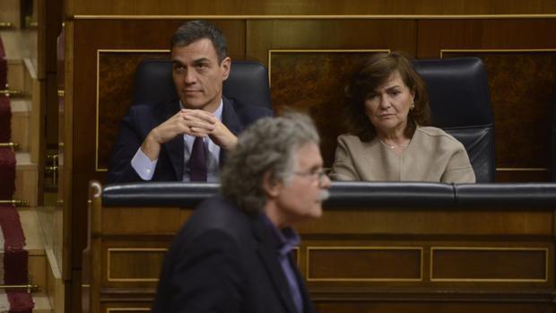 Joan Tardá, portavoz de ERC, pasa ante Sánchez y Carmen Calvo