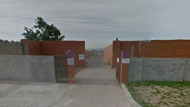 Detalle de uno de los accesos al cementerio