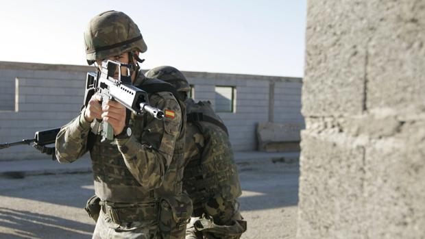 Imagen de archivo de un legionario durante un entrenamiento de combate urbano