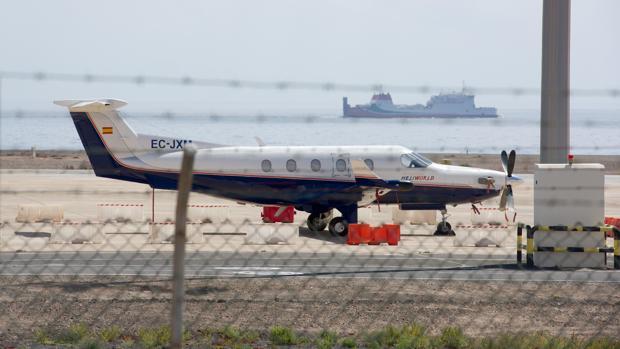 Avioneta inmovilizada en el aeropuerto de Fuerteventura después de la Guardia Civil y la Policía hayan descubierto en su interior un alijo de 388 kilos de cocaína
