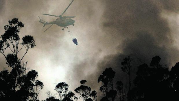 Imagen de archivo de un helicóptero actuando en un incendio