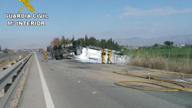 Imagen del camión volcado en la autopista