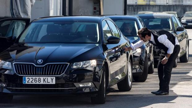 Un conductor limpia un vehículo de Cabify