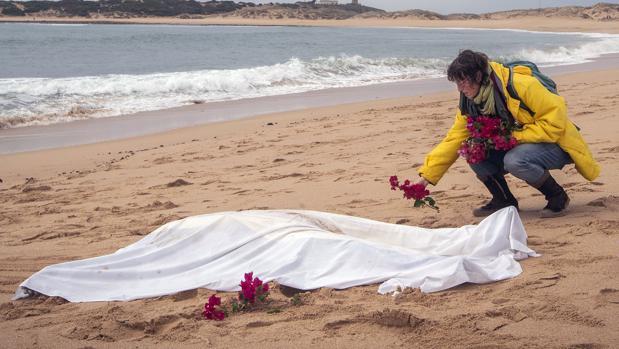 Cuerpo de un inmigrante ahogado tras el naufragio de una patera en noviembre frente a costas gaditanas