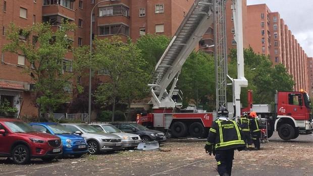 Bomberos trabajando en el edificio