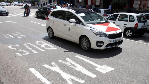 Un taxi circulando por las calles de Pontevedra