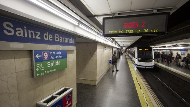 Un convoy de Metro entrando en la estacíon de Sainz de Baranda