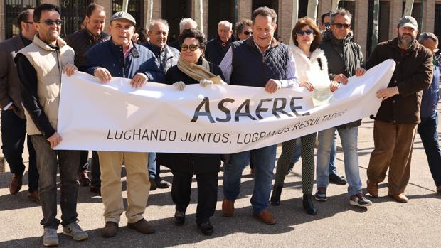 Representantes de la Asociación de Afectados por las Riadas del Ebro (Asafre) se concentrron ante la sede del Gobierno aragonés para denunciar su situación