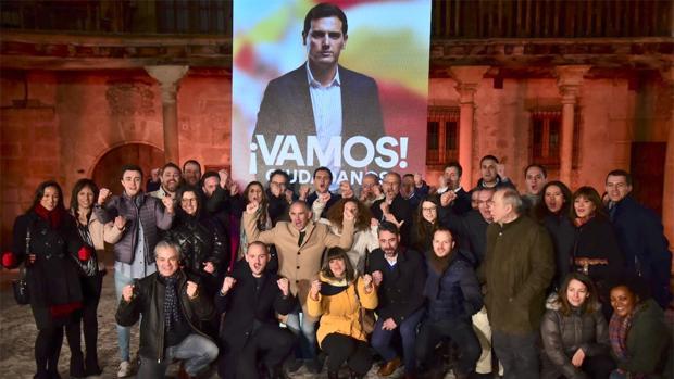 El candidato de Cs a la presidencia del Gobierno inicia campaña en la localidad segoviana de Pedraza, junto al candidato a la presidencia de la Junta Francisco Igea