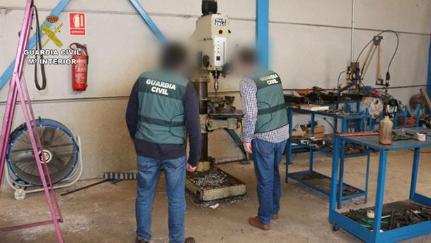 Dos agentes, en el taller ilegal