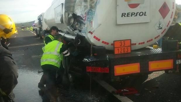 Imagen del camión vertiendo gasoil sobre el asfalto