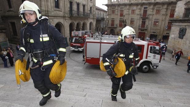 Bomberos llegando a la Catedral de Santiago en un simulacro de incendio en 2012
