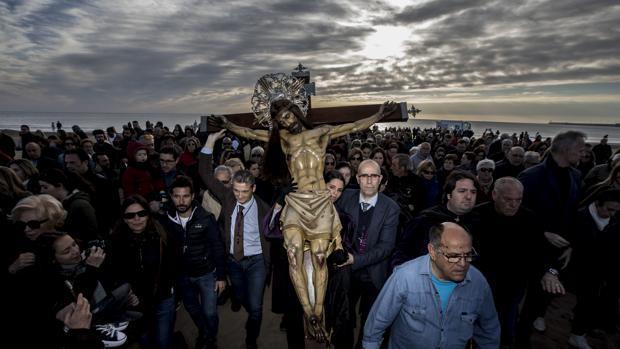 Imagen del Cristo del Salvador en la playa de El Cabanyal de Valencia