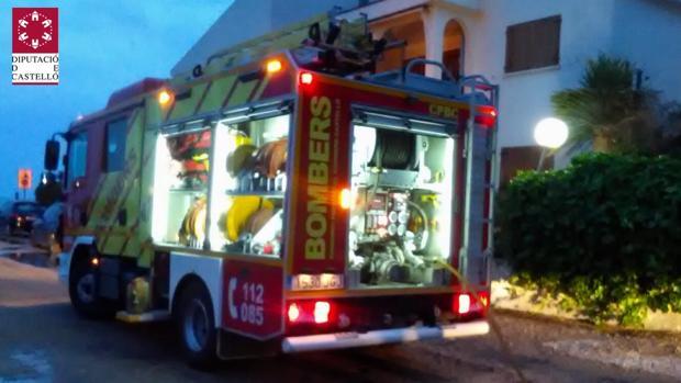Imagen de los bomberos frente a la vivienda donde se produjo el incendio