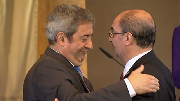 Javier Zaragoza, tras recibir el Premio Aragón de manos del presidente regional Javier Lambán