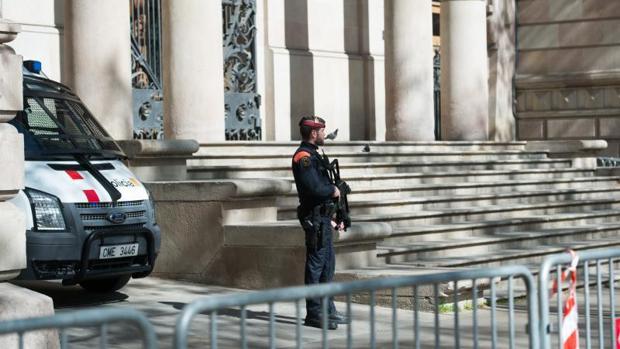 Un agente de los Mossos d'Esquadra custodia el Palacio de Justicia de Barcelona