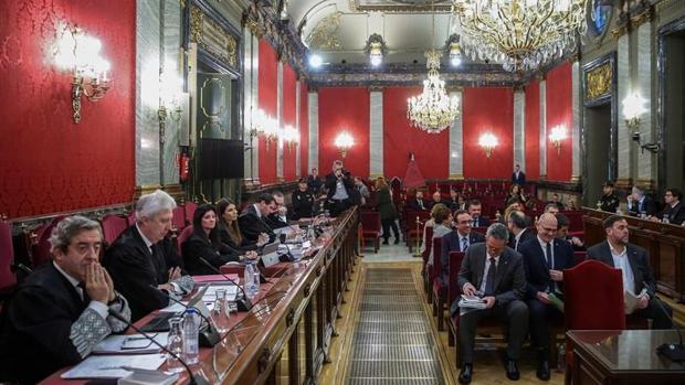 Dos de los fiscales del «procés», en primer término, y los acusados (en el centro), en el juicio en el Supremo