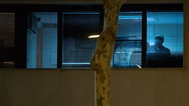 El hombre (ccon gorra en ala imagen) en la oficina dell consulado donde mantuvo secuestrada a la víctima
