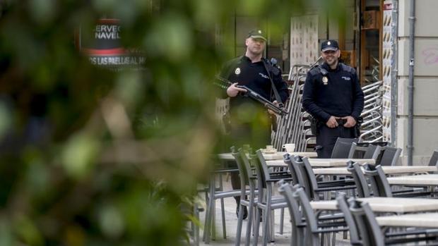 Dos agentes de la Policia Nacional patrullando por Valencia